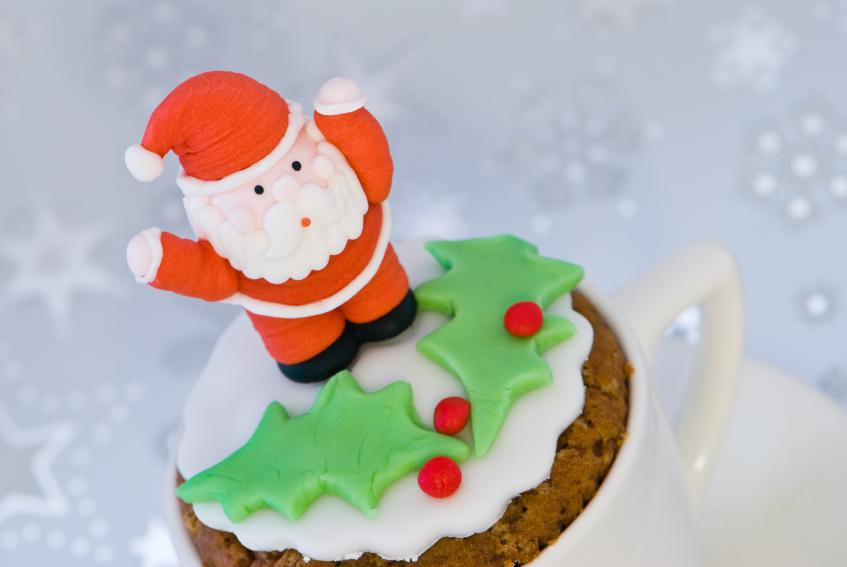 https://cf.ltkcdn.net/cake-decorating/images/slide/112635-847x567-Santa-Teacup-Cupcake.jpg