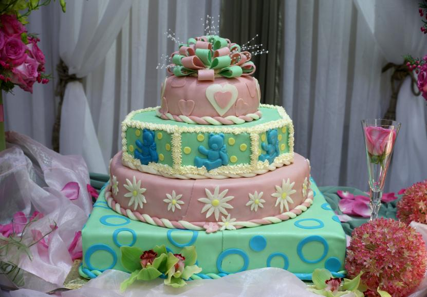 https://cf.ltkcdn.net/cake-decorating/images/slide/112684-831x578r1-4_Tier_Cake.jpg