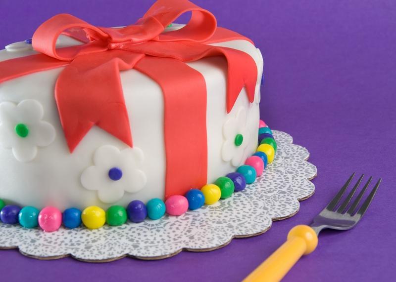 https://cf.ltkcdn.net/cake-decorating/images/slide/112799-800x571-fondant1.jpg