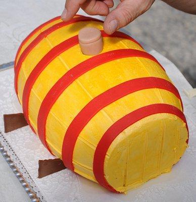 https://cf.ltkcdn.net/cake-decorating/images/slide/112824-388x400-dcake11.jpg