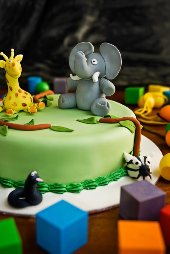 https://cf.ltkcdn.net/cake-decorating/images/slide/112855-567x847-Zoo_Animal_Cake.jpg