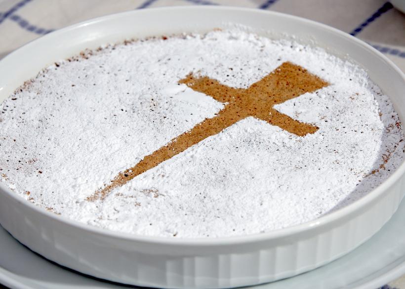 https://cf.ltkcdn.net/cake-decorating/images/slide/167064-820x585-cross-cake.jpg