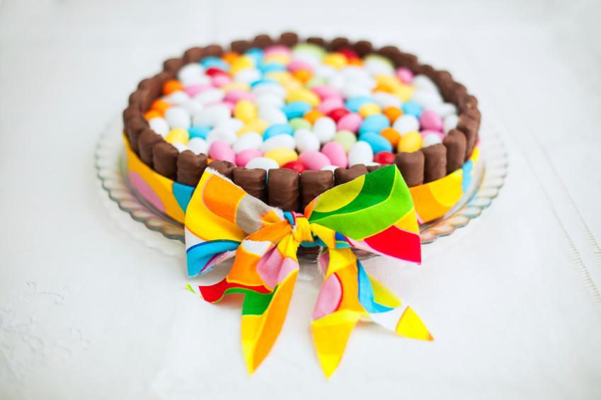 https://cf.ltkcdn.net/cake-decorating/images/slide/175038-849x565-CandyBasketCake.jpg