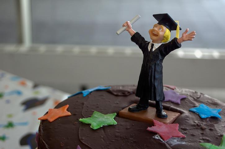 https://cf.ltkcdn.net/cake-decorating/images/slide/175707-725x482-Graduate-Cake-Topper-sm.jpg