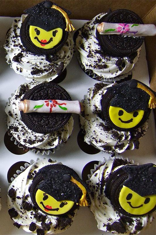 https://cf.ltkcdn.net/cake-decorating/images/slide/196712-533x800-BlakeyCakes-smiley-face-grad-cupcakes.jpg