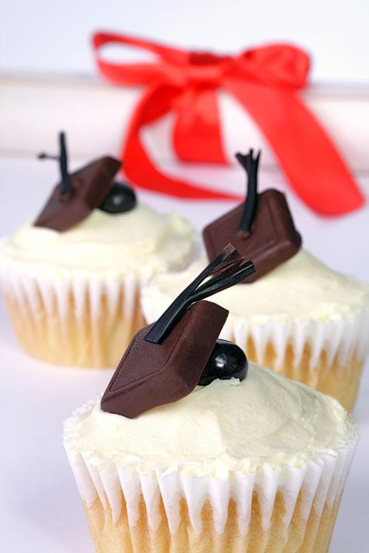 https://cf.ltkcdn.net/cake-decorating/images/slide/196716-533x800-grad-cap-cupcakes.jpg