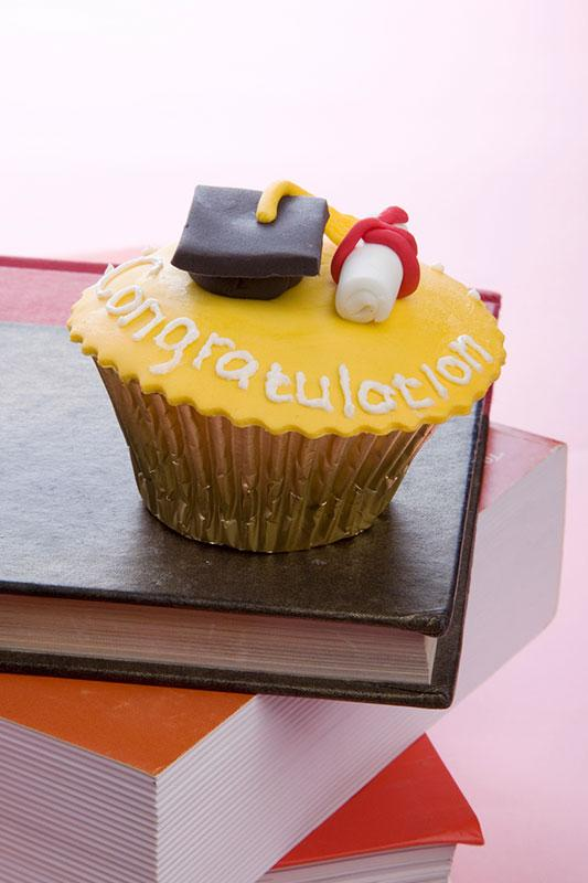 https://cf.ltkcdn.net/cake-decorating/images/slide/196757-533x800-congratulation-grad-cupcake.jpg
