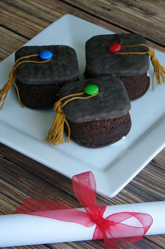 https://cf.ltkcdn.net/cake-decorating/images/slide/196819-533x800-Graduation-cap-cupcake.jpg