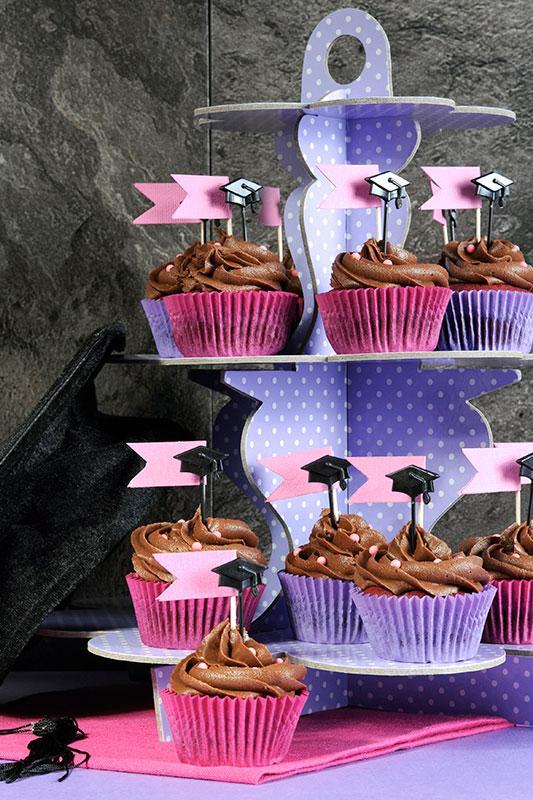 https://cf.ltkcdn.net/cake-decorating/images/slide/196841-533x800-grad-cap-topper-cupcakes.jpg
