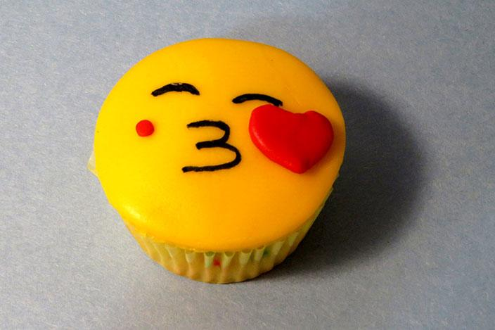 https://cf.ltkcdn.net/cake-decorating/images/slide/217164-704x469-Kissing-Face.jpg
