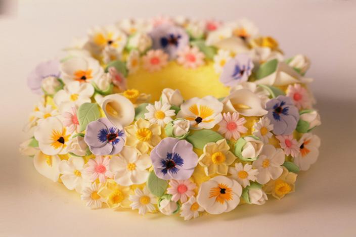 https://cf.ltkcdn.net/cake-decorating/images/slide/224371-704x469-sugar-flowers-Bundt-cake.jpg