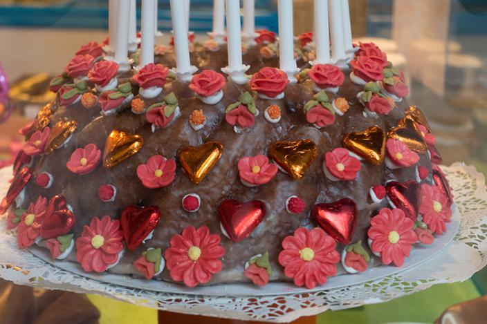 https://cf.ltkcdn.net/cake-decorating/images/slide/224378-704x469-hearts-and-flowers-Bundt-cake.jpg