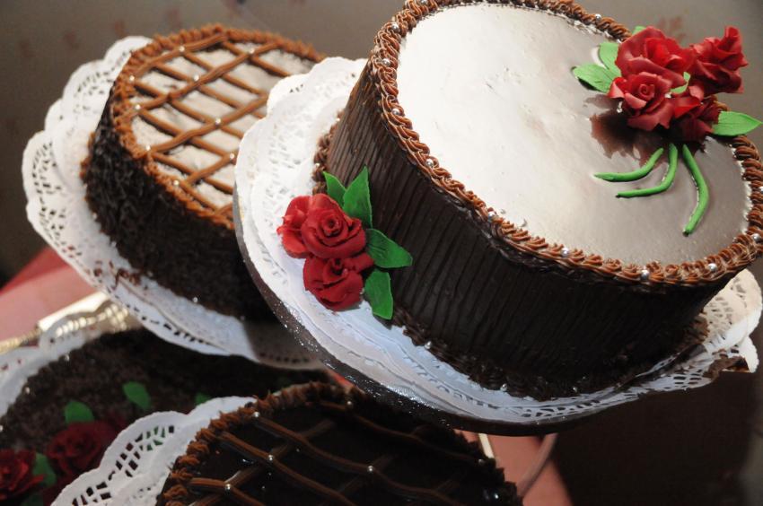 https://cf.ltkcdn.net/cake-decorating/images/slide/232393-850x564-chocolate-cake-with-roses.jpg