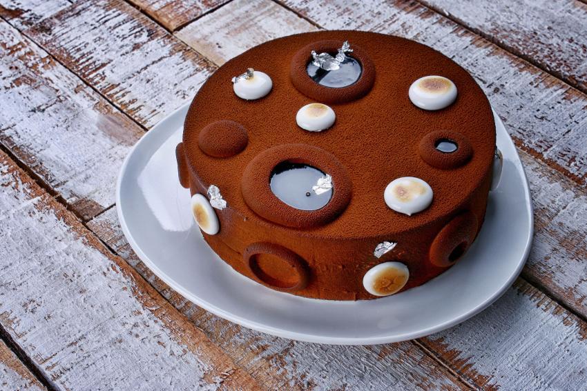 https://cf.ltkcdn.net/cake-decorating/images/slide/232396-850x567-toasted-marshmallow-cocoa-cake.jpg
