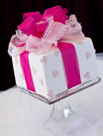 https://cf.ltkcdn.net/cake-decorating/images/slide/112737-604x795-Valentines_Present_Cake.jpg