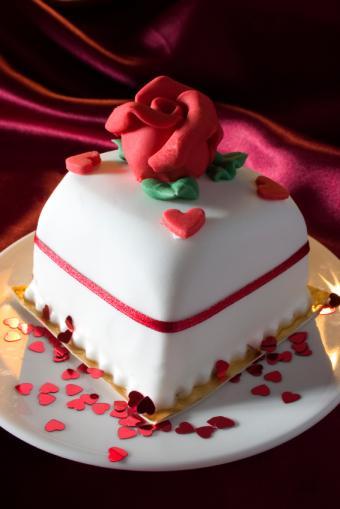 https://cf.ltkcdn.net/cake-decorating/images/slide/112741-566x848-Red_Rose_Cake.jpg