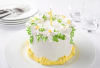 https://cf.ltkcdn.net/cake-decorating/images/slide/112865-841x571-Spring_Flower_Cake.jpg