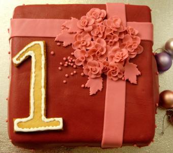 https://cf.ltkcdn.net/cake-decorating/images/slide/112873-736x652r2-first_birthday_--_present_cake.JPG