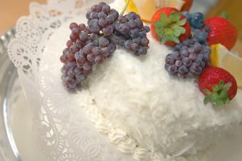 https://cf.ltkcdn.net/cake-decorating/images/slide/144024-849x565r1-RedGrapesCake.jpg