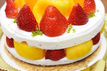 https://cf.ltkcdn.net/cake-decorating/images/slide/144026-850x565r1-MangoStrawberryCake.jpg