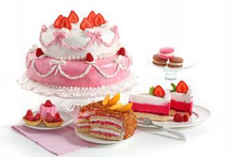 https://cf.ltkcdn.net/cake-decorating/images/slide/144033-849x565r1-PinkStrawberryCake.jpg