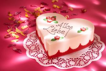 https://cf.ltkcdn.net/cake-decorating/images/slide/160987-800x532r1-Heart-cake-on-a-doily.jpg