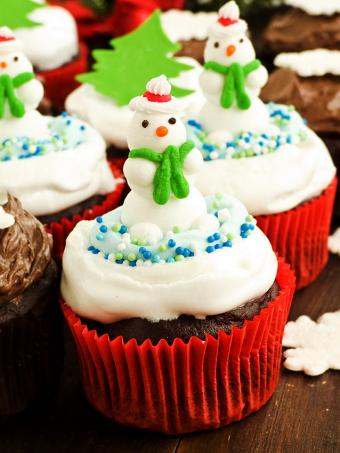https://cf.ltkcdn.net/cake-decorating/images/slide/169539-638x850-snowman-cupcakes.jpg