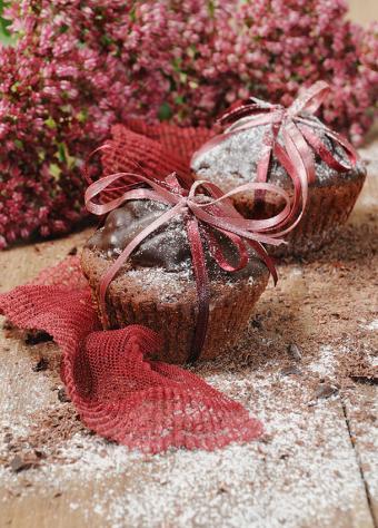 https://cf.ltkcdn.net/cake-decorating/images/slide/169540-610x850-powdered-sugar-cupcake.jpg