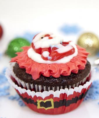https://cf.ltkcdn.net/cake-decorating/images/slide/169542-709x850-santa-cupcake.jpg