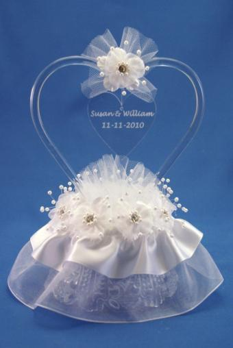 https://cf.ltkcdn.net/cake-decorating/images/slide/170481-569x850-engraved-heart-topper.jpg
