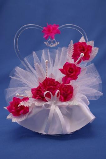 https://cf.ltkcdn.net/cake-decorating/images/slide/170482-569x850-rose-heart-cake-topper.jpg