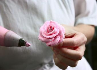 https://cf.ltkcdn.net/cake-decorating/images/slide/174064-817x588-rose-cake-decoration.jpg