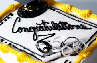 https://cf.ltkcdn.net/cake-decorating/images/slide/175703-725x473-Black-and-Yellow-Graduation-Cake-TS.jpg