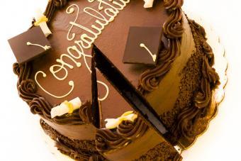 https://cf.ltkcdn.net/cake-decorating/images/slide/175705-725x483-Chocolate-Cap-Congrats-Cake-DT-sm.jpg