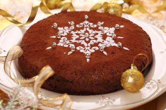 powdered sugar snowflake on cake