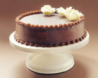 https://cf.ltkcdn.net/cake-decorating/images/slide/178030-850x680-Chocolate-Cake-White-Flowers.jpg