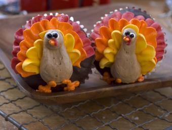 https://cf.ltkcdn.net/cake-decorating/images/slide/180758-850x642-colorful-turkeys.jpg