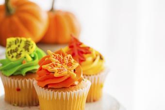 https://cf.ltkcdn.net/cake-decorating/images/slide/184011-850x567-leaf-toppers.jpg