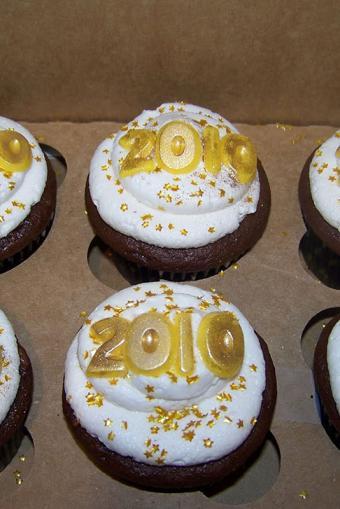 https://cf.ltkcdn.net/cake-decorating/images/slide/196714-534x800-plumeria-cake-studio-grad-year-cupcake.jpg