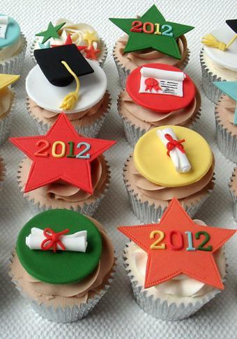 https://cf.ltkcdn.net/cake-decorating/images/slide/196746-559x800-the-clever-little-cupcake-company-grad-cupcakes.jpg