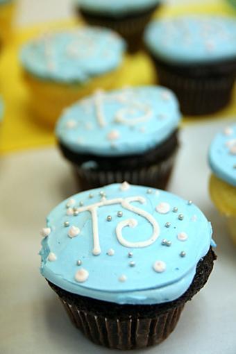 https://cf.ltkcdn.net/cake-decorating/images/slide/196902-567x850-monogram-cupcake.jpg