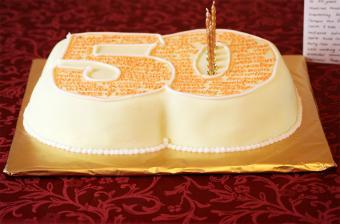 https://cf.ltkcdn.net/cake-decorating/images/slide/202116-700x462-50thcake.jpg