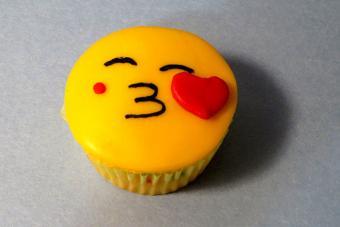 https://cf.ltkcdn.net/cake-decorating/images/slide/217164-704x469-Kissing-Face.jpg