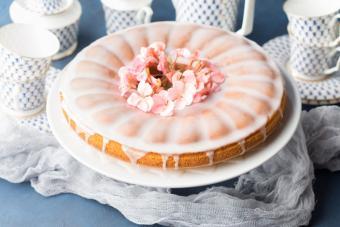 https://cf.ltkcdn.net/cake-decorating/images/slide/224380-704x469-spring-flowers-Bundt-cake.jpg