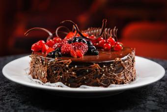 https://cf.ltkcdn.net/cake-decorating/images/slide/232397-850x567-candied-berry-cake.jpg