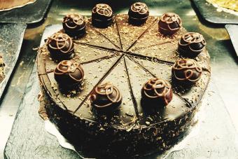 https://cf.ltkcdn.net/cake-decorating/images/slide/232402-850x567-truffle-orange-zest-chocolate-cake.jpg