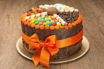 https://cf.ltkcdn.net/cake-decorating/images/slide/232403-850x567-candy-chocolate-cake.jpg