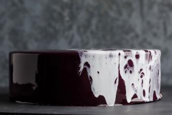 https://cf.ltkcdn.net/cake-decorating/images/slide/232405-850x567-mirror-glaze-chocolate-cake.jpg