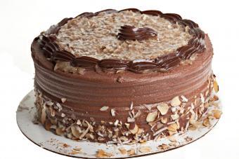 https://cf.ltkcdn.net/cake-decorating/images/slide/232406-850x567-german-chocolate-cake.jpg