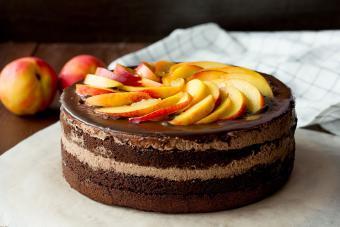 https://cf.ltkcdn.net/cake-decorating/images/slide/232408-850x567-chocolate-cake-with-nectarines-on-top.jpg